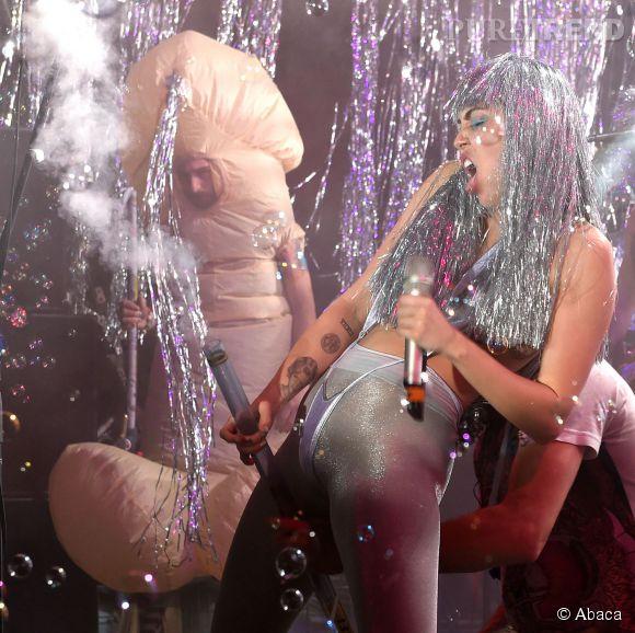 Miley Cyrus toujours aussi trash sur scène, elle récidive à Miami. Bonus : un homme déguisé en pénis en second plan.