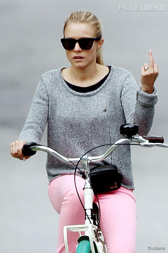 Kristen Bell ne pouvant pas profiter d'une balade à vélo avec son mari Dax Shepard à cause des paparazzi, elle sort aussi le doigt d'honneur.