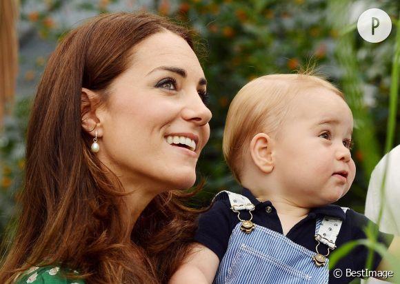 Kate Middleton et George en juillet dernier. Pour s'occuper de son garçon, la duchesse de Cambridge sort incognito, casquette sur la tête !