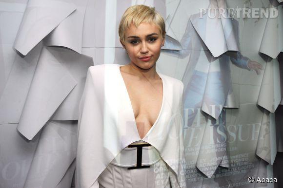 Miley Cyrus pose nue dans V Magazine. Il fallait s'y attendre.