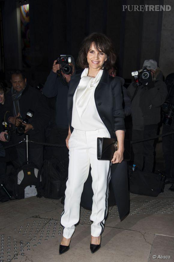 Juliette Binoche à son arrivée au Palais de Tokyo pour le défilé Haute Couture Armani Privé.