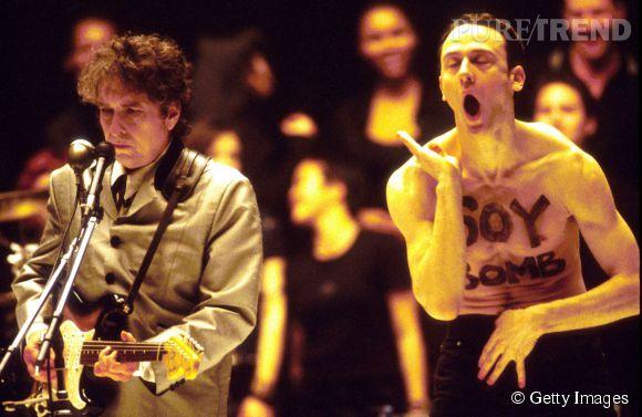 La performance de Bob Dylan en 1998 a été interrompu par un homme torse nu monté sur scène.