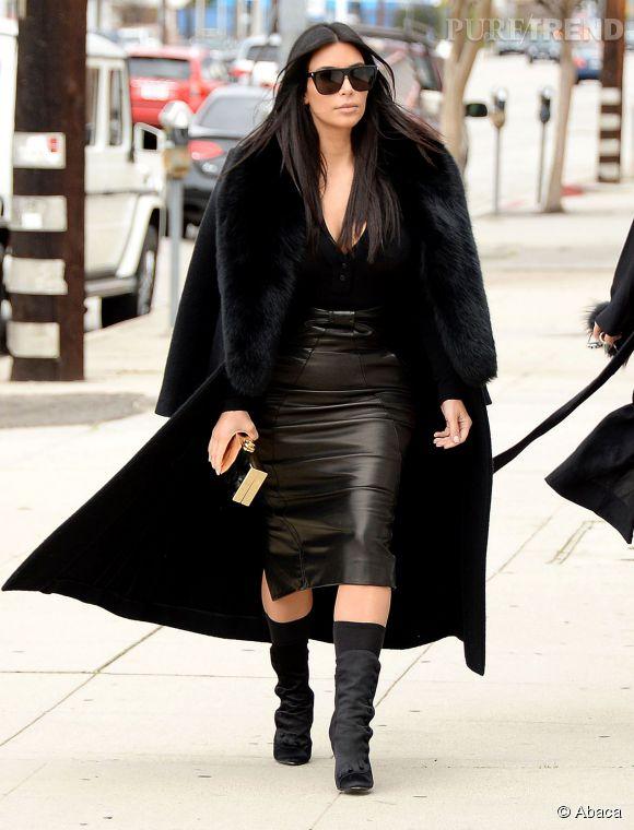 kim kardashian jupe en cuir et d collet qui tue avant le super bowl. Black Bedroom Furniture Sets. Home Design Ideas