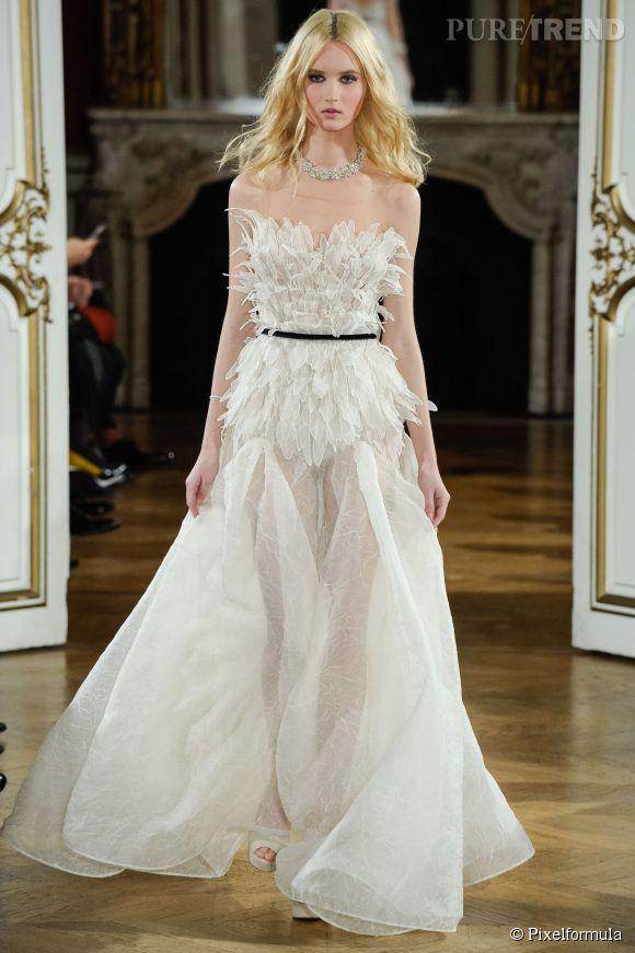 les plus belles robes de mari es printemps et 2015 yanina parie sur une robe en plumes. Black Bedroom Furniture Sets. Home Design Ideas