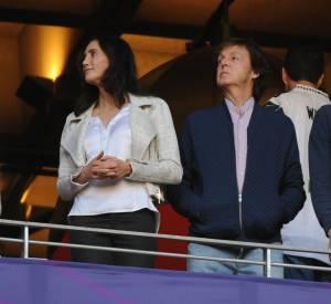 Repéré ! Paul McCarteney et sa femme dans les tribunes de l'University of Phoenix Stadium pour le Super Bowl 2015.