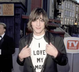 Ashton Kutcher en 1998... Un look qui vaut le détour. Ou pas. En tous cas le jeune homme aime sa mère.