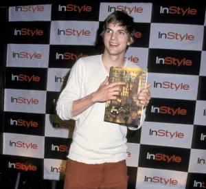 La silhouette d'Ashton se fait plus carrée, le potentiel du jeune homme est de plus en plus évident. Pas de bol, il porte des claquettes et un pantalon rouille.