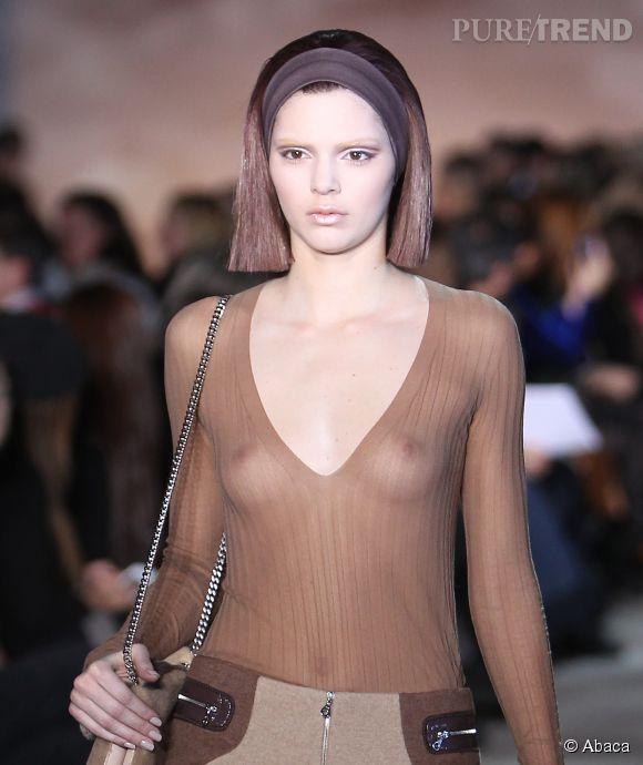 Kendall Jenner, ses seins disproportionnés dans les pages de  Love Magazine , une simple supercherie.