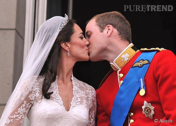 Après sept ans de relation, William a enfin demandé la main de Kate Middleton en novembre 2010. Cinq mois plus tard, ils se mariaient à l'abbaye de Westminster.