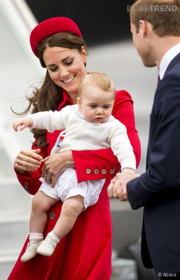 Fin des vacances pour Kate Middleton et sa petite famille. Aperçus dans un avion de la British Airways, à l'aéroport de St-Lucie à la fin de la semaine dernière, la famille royale est de retour à Kensington Palace.