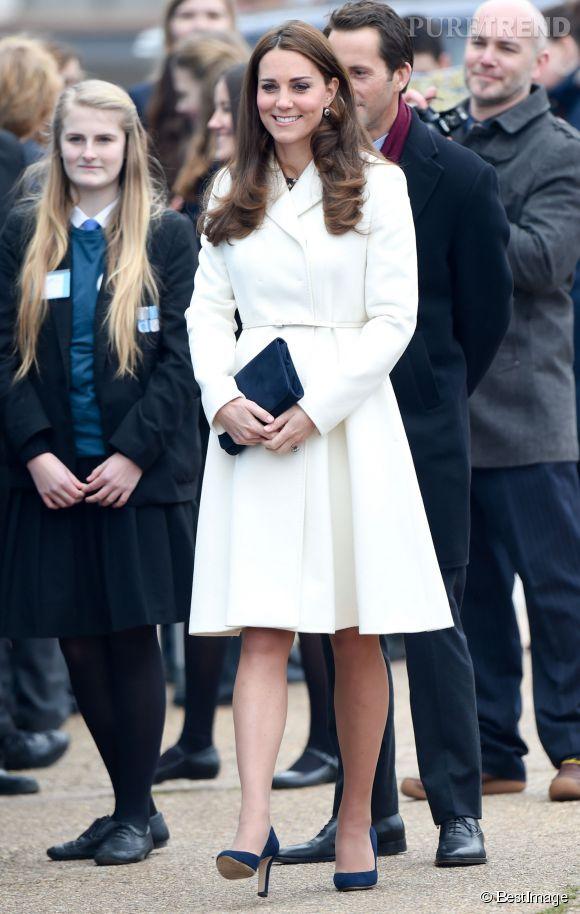 Kate Middleton resplendissante en manteau crème.