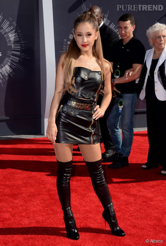 Ariana Grande, icône de la jeunesse américaine... et jeune fille sexy sur son lit.