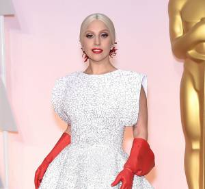 """Lady Gaga et ses gants """"de cuisine"""" aux Oscars : la risée de la Toile"""