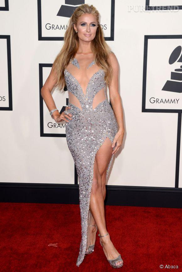 Paris Hilton aime montrer sa plastique sur le tapis rouge, comme sur les réseaux sociaux.