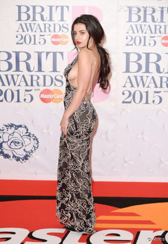 Charli XCX en Vivienne Westwood sur le red carpet des Brit Awards 2015 à Londres le 25 février 2015.