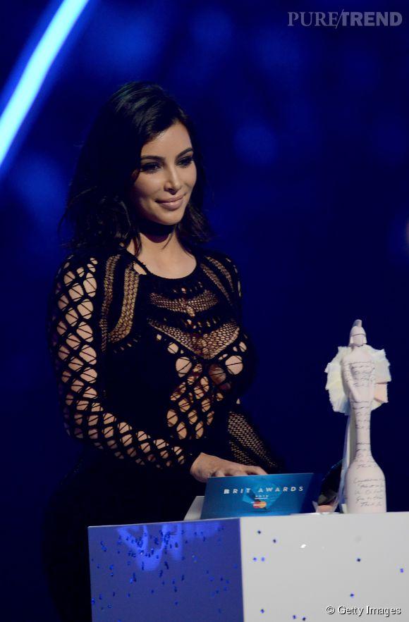 Kim Kardashian en Julien Macdonald sur la scène des Brit Awards 2015 à Londres le 25 février 2015.