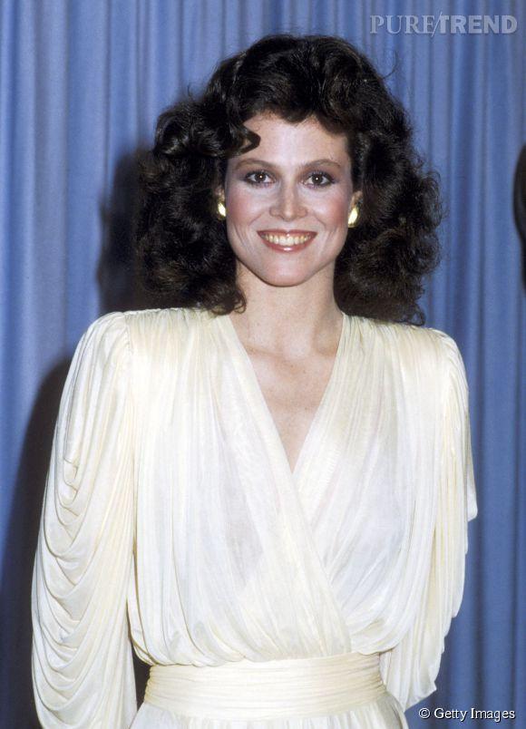 """En 1981, Sigourney Weaver est LA star du moment. Elle a joué dans """"Alien"""" deux ans auparavant et est à l'affiche de """"L'oeil du témoin"""" de Peter Yates. Côté capillaire, elle porte une permantente et un brushing 80's de folie."""