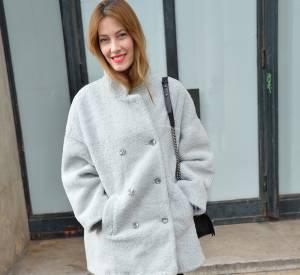 L'ex-Miss France fait sensation avec son allure boyish chic et son manteau de fourrure.