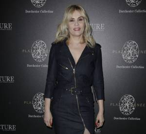 L'actrice française fait sensation en mini robe rock sexy.