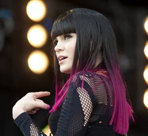 Jessie J illumine sa chevelure en colorant ses pointes en violet.