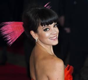 Lily Allen finalise son look avec des pointes colorées. Son dip dye se coordonne parfaitement à sa robe.