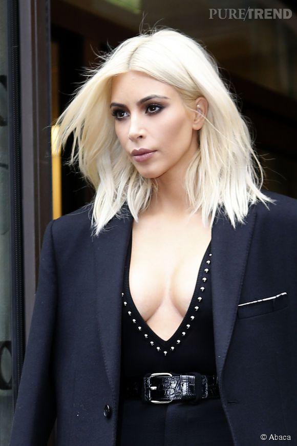 Kim Kardashian, poitrine à l'air à Paris.