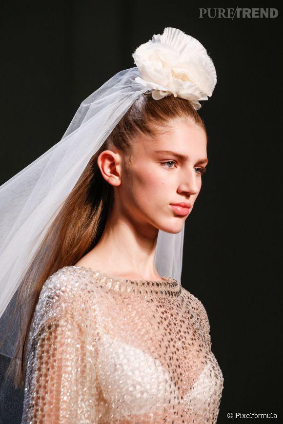 Pour une coiffure mariage tendance direction les podiums pour trouver les bonnes inspirations. Chez Jean Paul Gaultier Haute Couture Printemps-Eté 2015, les mariées osent le voile XXL