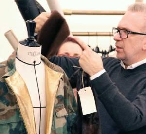 Jean Paul Gaultier avec une veste de type camouflage (fin des années 70, début des années 80).