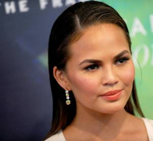 Chrissy Teigen bien dans ses baskets, la bombe assume ses vergetures