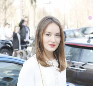 Anaïs Demoustier mixe robe virginale et bouche rouge.
