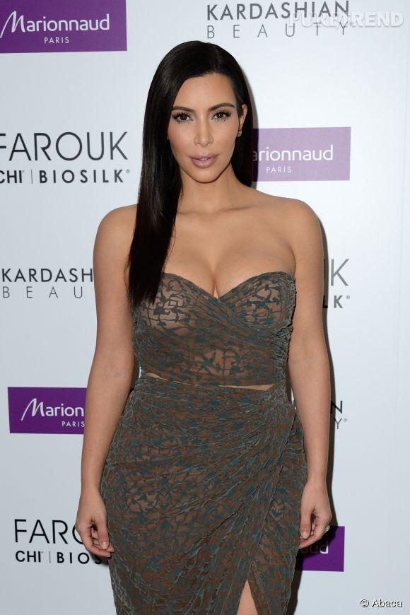 Kim Kardashian, décolleté sexy et tenue qui flirte avec la transparence pour présenter sa ligne de produits capillaires au Marionnaud des Champs-Elysées.