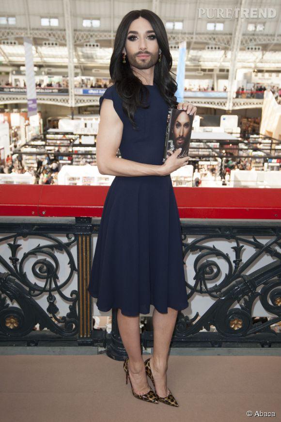 Conchita Wurst a pris la pose fièrement au salon du livre de Londres, le 15 avril 2015.