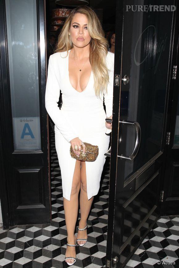 Khloe Kardashian, décolleté et fendu pour un restaurant en famille. La plus jeune des soeurs Kardashian n'a peur de rien !