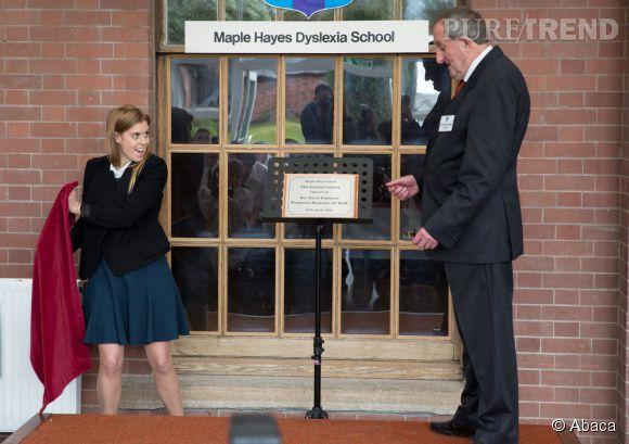 Beatrice d'York au moment d'inaugurer une plaque dans un établissement pour dyslexiques.