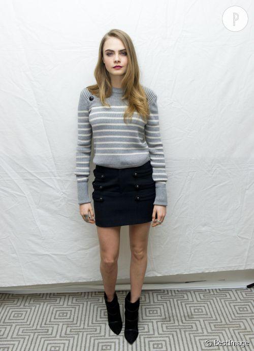 """Cara Delevingn e  se la joue première de classe à l'occasion d'une conférence de presse pour la sortie du film """"La Face Cachée de Margo""""."""