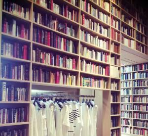 Noémie Beltran découvre le nouveau visage de la boutique Sonia Rykiel, métamorphosée en bibliothèque au coeur du quartier Saint-Germain.