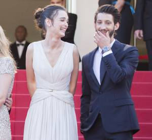 """Charlotte Le Bon, sublime en Elie Saab aux côtés de Pierre Niney lors de la montée des marches du film d'animation """"Inside Out"""" à Cannes 2015."""