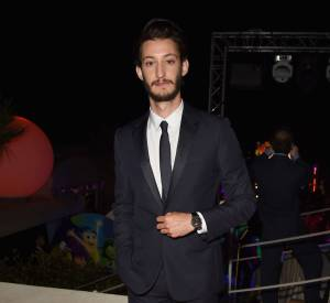 "Pierre Niney très élégant à la beach party ""Inside Out"" du Carlton."