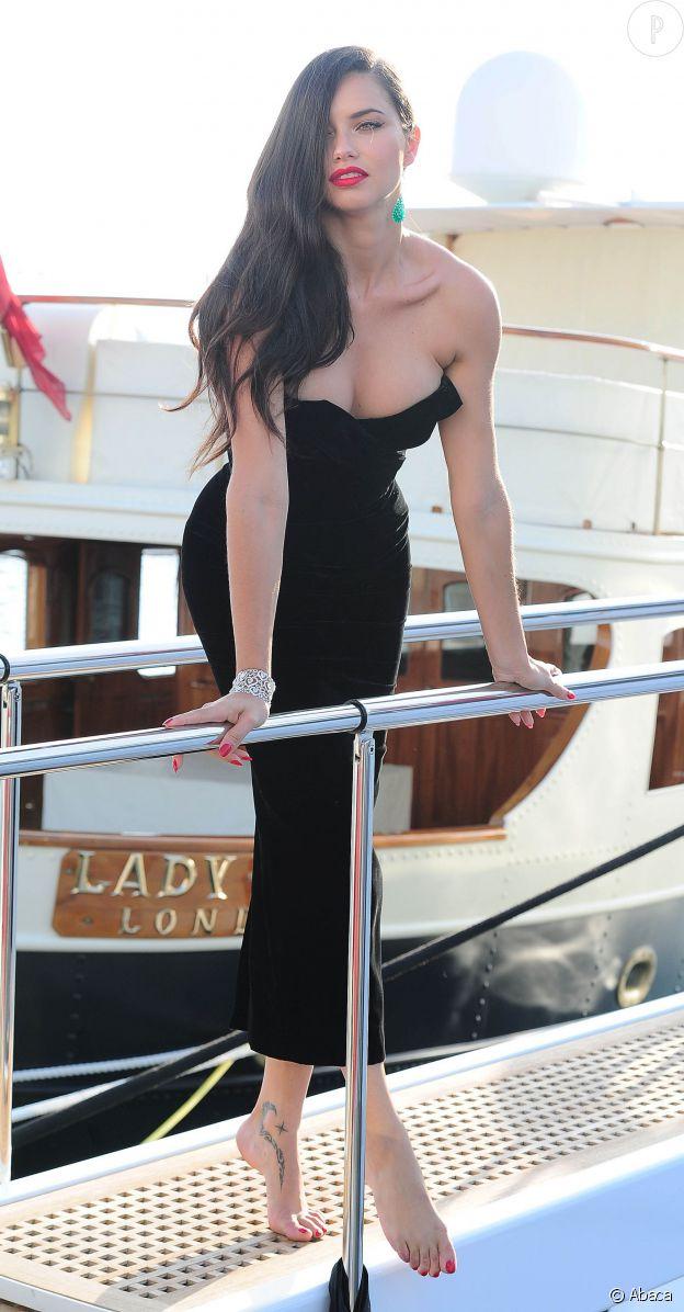 Adriana Lima fait son show sur un yacht à Cannes le 19 mai 2015.