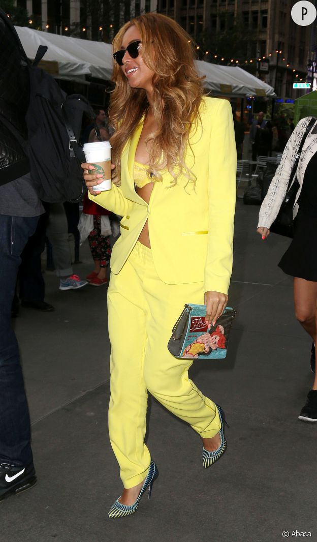 Le tailleur sexy oui, le jaune poussin... moyen.