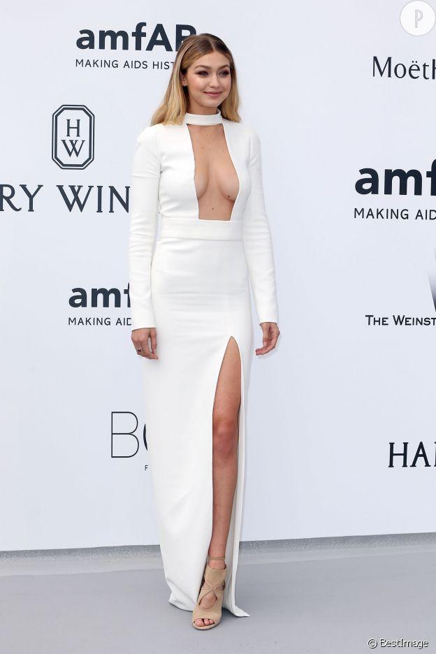 Gigi Hadid sort le grand jeu à l'amfAR avec sa robe Tom Ford mêlant fendu et seins à l'air.