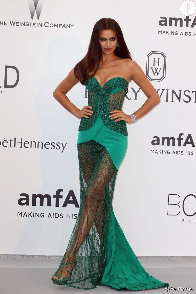 Irina Shayk, à tomber dans sa robe Atelier Versace brodée de strass Swarovski au gala de l'amfAR.