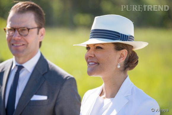 Victoria de Suède mise sur un borsalino blanc pour se protéger du soleil.