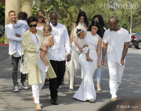 Son nouveau mec a même accompagné la famille Kardashian à la messe de pâques!
