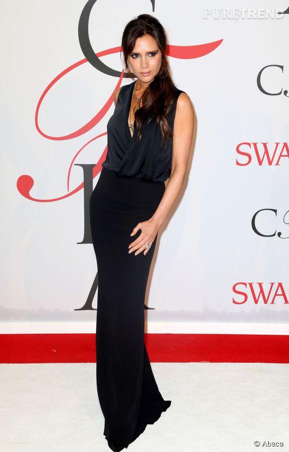 Victoria Beckham, silhouette fine et sombre.