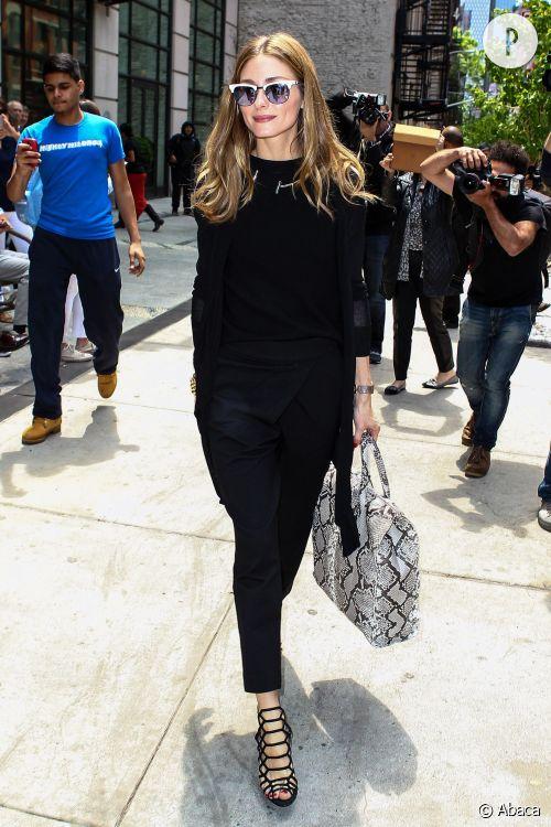 Olivia Palermo a tout bon avec son look sobre pimenté de quelques accessoires forts.