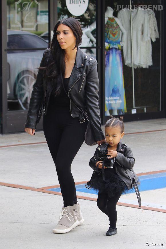 Perfecto en cuir, pantalon noir, Kim Kardashian et North West sont des copies conformes.