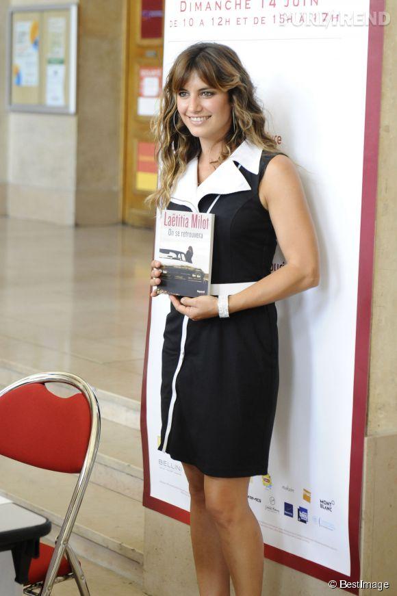 """Laëtitia Milot ultra chic pour présenter son livre """"On se retrouvera""""."""