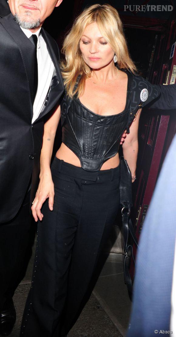 Pantalon large et corset en cuir, Kate est ultra sexy.