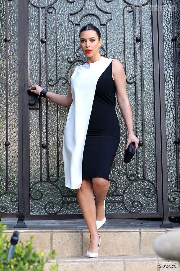 Kim Kardashian dans une robe bimatière qui laisse entrevoir son ventre de femme enceinte.